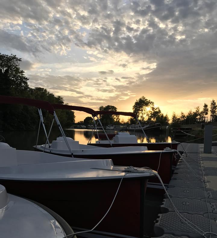 Bateau E-SEA à quai et au coucher du soleil