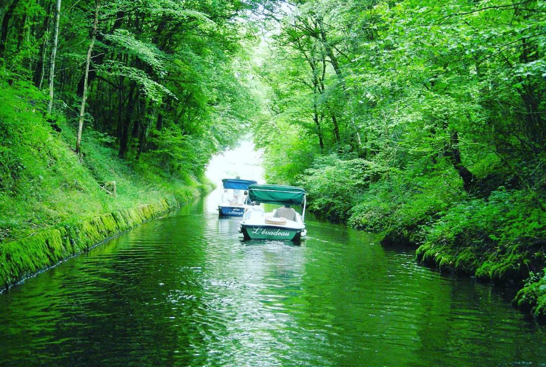 Deux bateaux électriques remontant la rivière de Crach